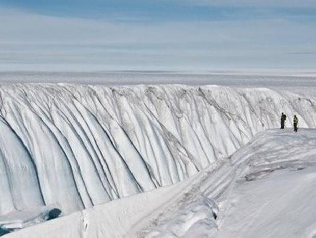 ΕΝΤΥΠΩΣΙΑΚΟ VIDEO: Ένα τεράστιο φαράγγι έκρυβαν οι πάγοι της Γροιλανδίας