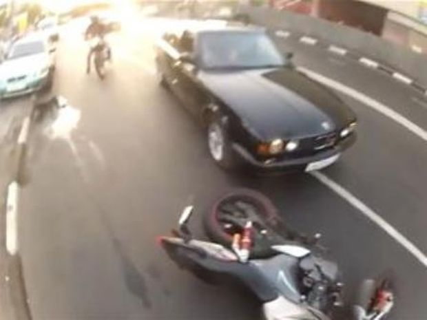 VIDEO: Τι θα έκανες αν ήσουν στην θέση αυτού του μοτοσυκλετιστή;