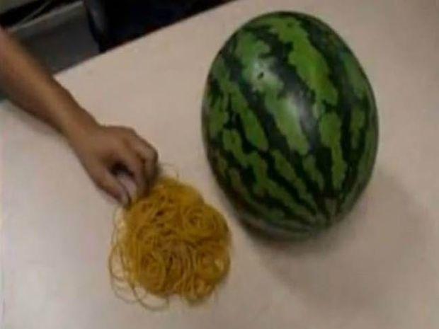 Βίντεο: Τι συμβαίνει αν βάλεις 500 λαστιχάκια σε ένα καρπούζι;