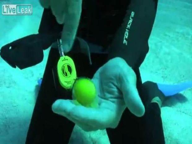 Τι συμβαίνει αν σπάσεις ένα αυγό στο βυθό της θάλασσας; (vid)