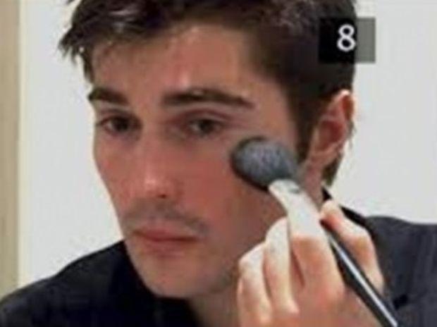 ΑΠΙΣΤΕΥΤO – Ένας στoυς δέκα άντρες φοράει makeup!