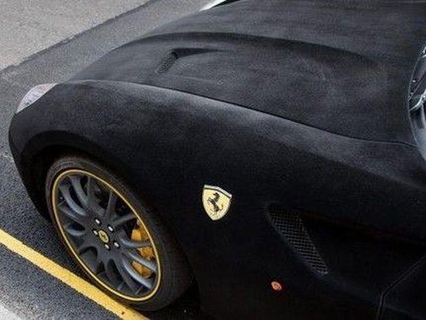Έδωσε 5.500 ευρώ για να κάνει τη Ferrari...ΒΕΛΟΥΔΙΝΗ!