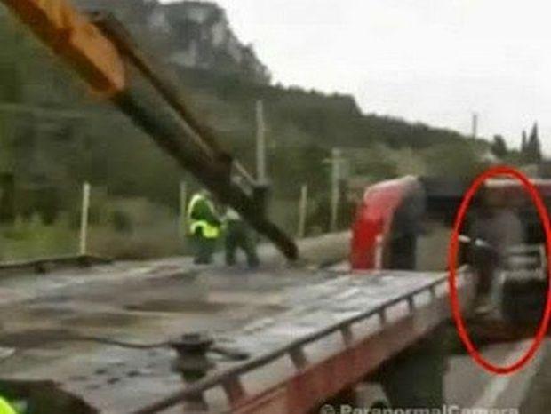 ΣΥΓΚΛΟΝΙΣΤΙΚΟ VIDEO! Φιγούρα βγαίνει μέσα από αυτοκίνητο σε σημείο που έχει πεθάνει άνθρωπος!