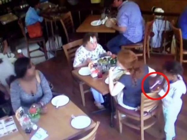 Βίντεο-ΣΟΚ: Δείτε πώς κλέβουν τα κινητά τηλέφωνα!