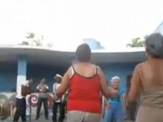 Βίντεο: Απίθανη γιαγιά χορεύει salsa