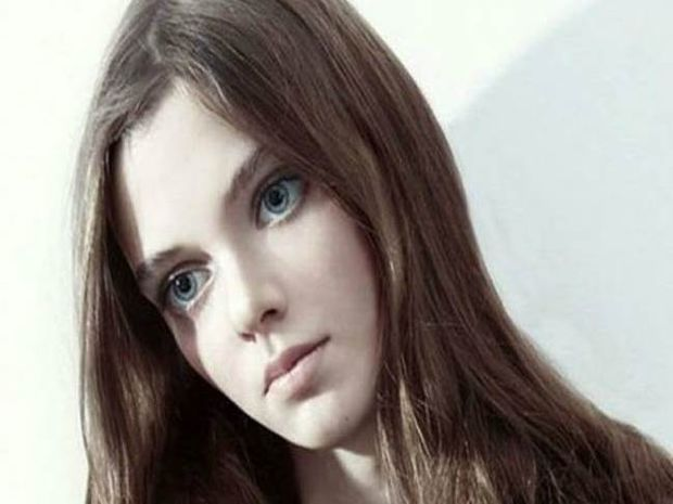 Το μοντέλο με τα τεράστια μάτια κούκλας που προκαλεί αίσθηση