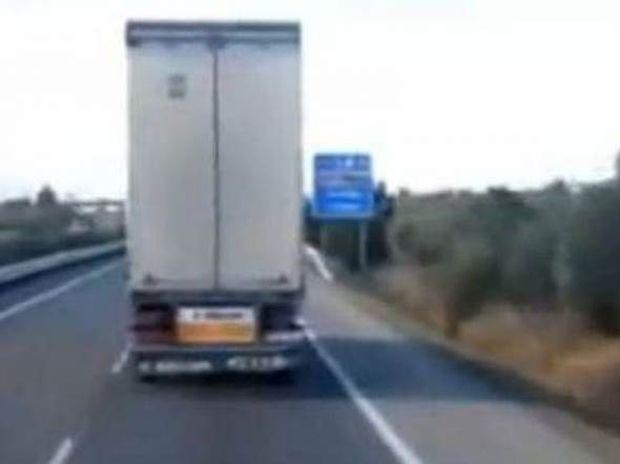 Απίστευτο βίντεο: Αέρας σηκώνει στις δύο ρόδες φορτηγό!