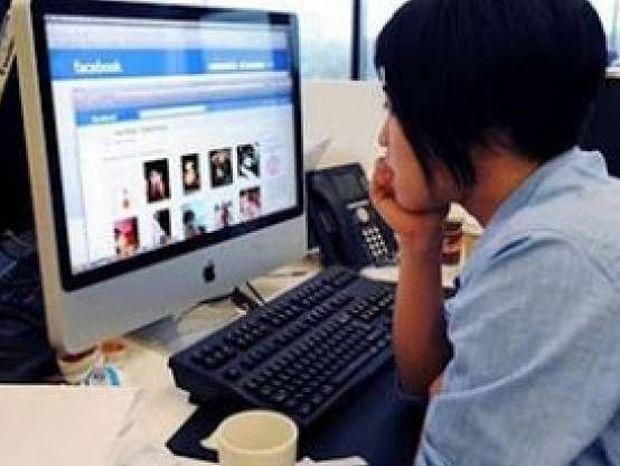 Γιατί ΔΕΝ πρέπει να μπαίνουμε στο προφίλ Facebook των πρώην μας