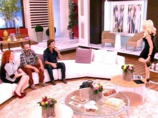 Ελένη Μενεγάκη: Πέταξε τα παπούτσια της on air και… έτρεξε στην αγκαλιά του!