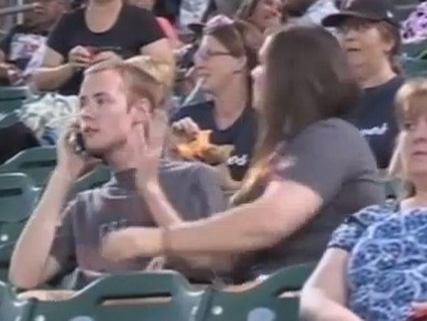 Βίντεο: Δεν τη φίλησε στο γήπεδο και δείτε τι έγινε!