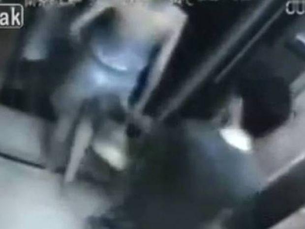 Βίντεο: «Χούφτωσε» μητέρα μπροστά στο παιδί της - Δείτε τι ακολούθησε