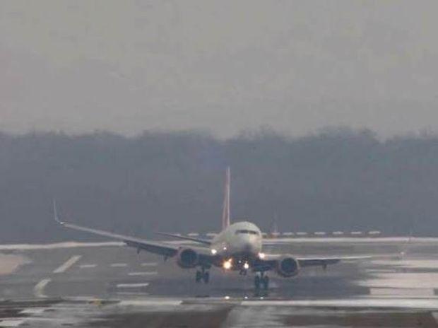 Απίστευτο βίντεο: Η μάχη των αεροσκαφών με τους θυελλώδεις ανέμους