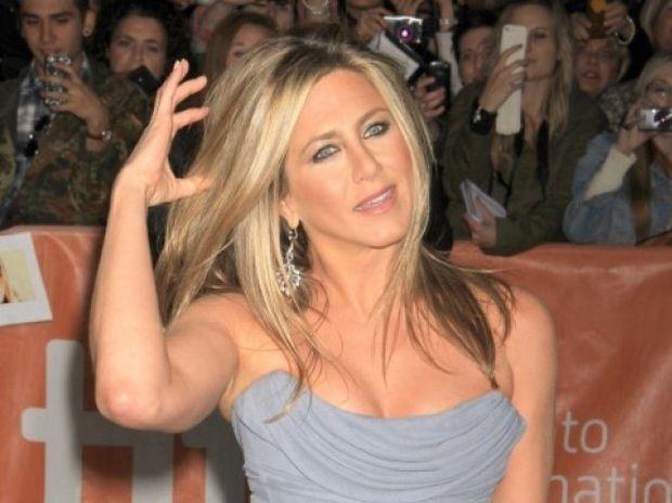Η Jennifer Aniston αρχίζει τα γυμνά... επειδή δεν μπορεί να κάνει παιδί