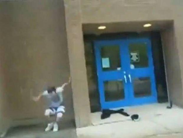 Βίντεο-ΣΟΚ: Δείτε τι θα συμβεί στον ριψοκίνδυνο νεαρό!