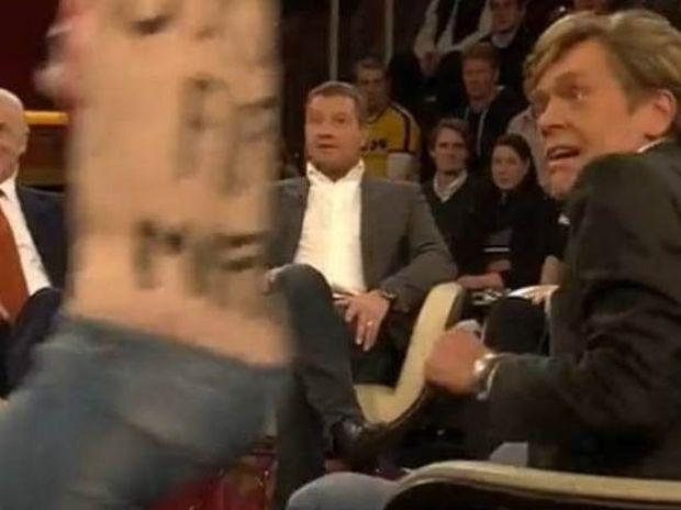 Προπονητής έπαθε... σοκ από γυμνή εισβολή σε τηλεοπτική εκπομπή (Photos-Video)