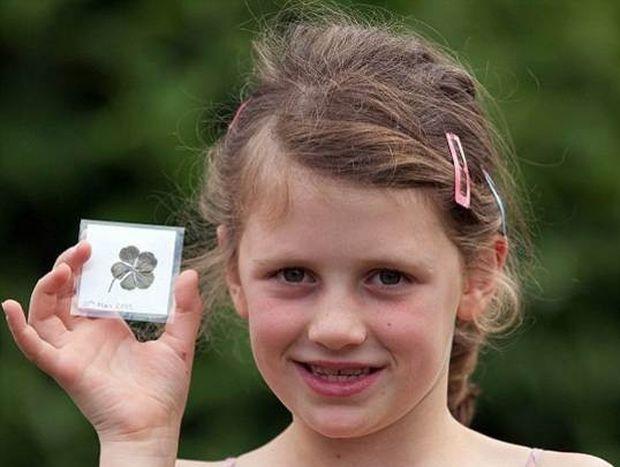Απίστευτη τύχη για μια 7χρονη: Βρήκε ένα σπάνιο 5φυλλο τριφύλλι