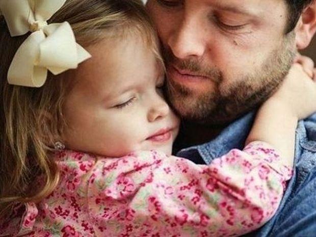 Για τη μανούλα που έφυγε νωρίς... Μπαμπάς και κόρη σε ένα συγκινητικό αφιέρωμα (εικόνες)