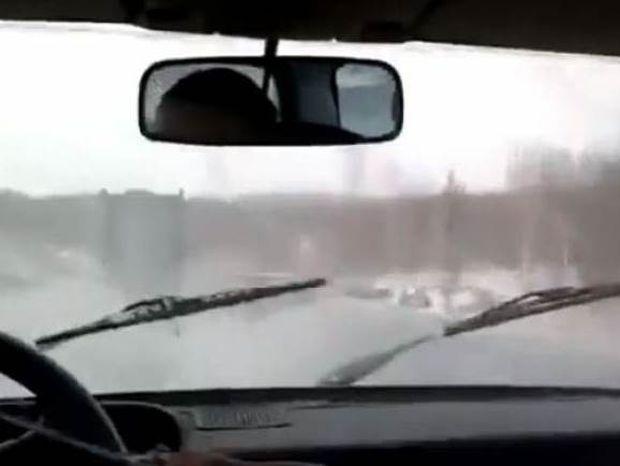 Τι κάνετε όταν χαλάσουν οι υαλοκαθαριστήρες ενώ βρέχει; (video)