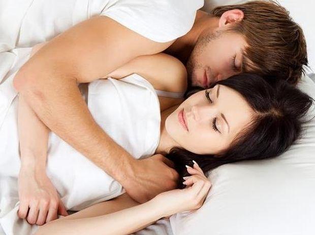 Ζευγάρια: Τι αποκαλύπτει για τη σχέση η στάση στον ύπνο