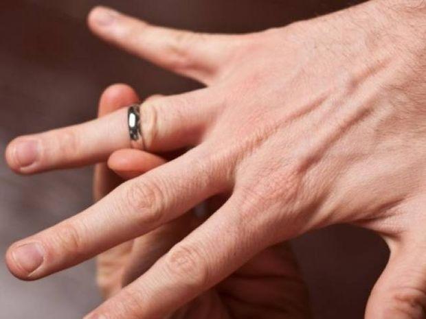 Δείτε πώς μπορείτε να βγάλετε ένα δαχτυλίδι από πρησμένο δάχτυλο
