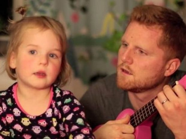 Αξιολάτρευτο: Το κοριτσάκι που τραγουδάει γιατί φοβάται τα πυροτεχνήματα! (βίντεο)