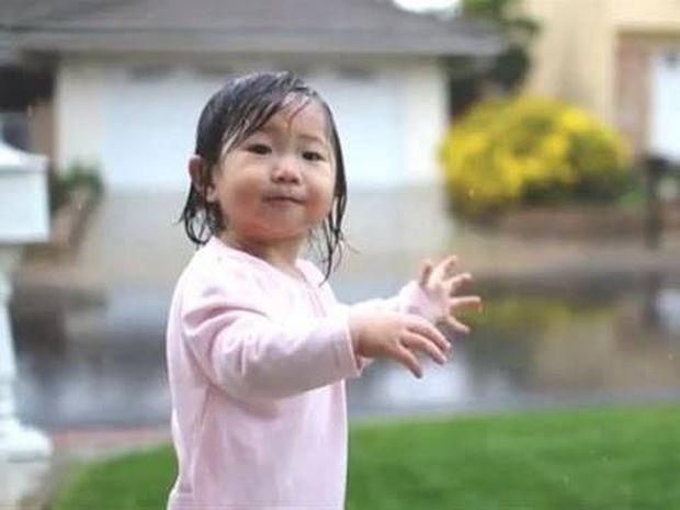 Το βίντεο που σαρώνει: Κοριτσάκι 15 μηνών βλέπει για πρώτη φορά βροχή