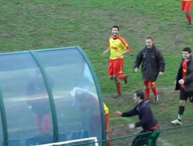 Ιταλία: Σκόραρε και πανηγύρισε διαπερνώντας με το κεφάλι του το plexiglass! (video)