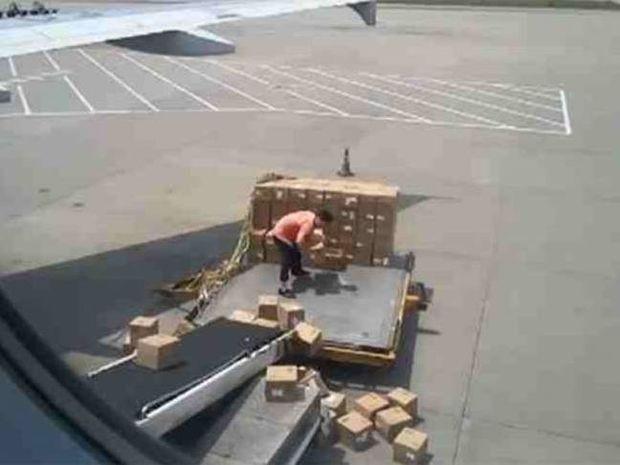 Ο χειρότερος υπάλληλος αεροδρομίου που έχετε δει! (vid)