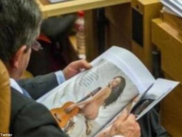 Έβλεπε μέσα στο Κοινοβούλιο... φωτογραφίες με γυμνές!