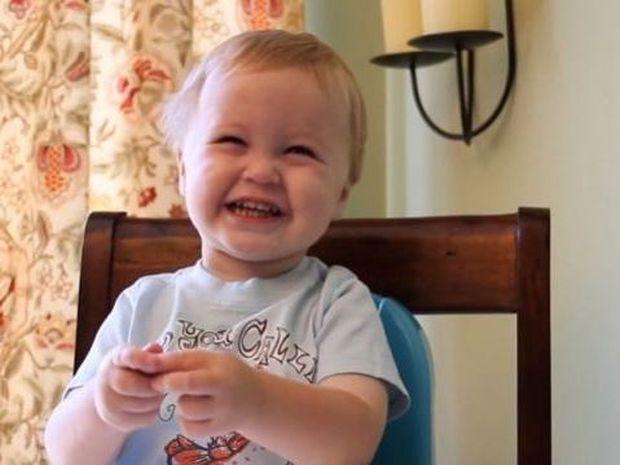 Δεν θα το πιστέψετε! Αυτό το μωρό είναι εθισμένο στο...(βίντεο)