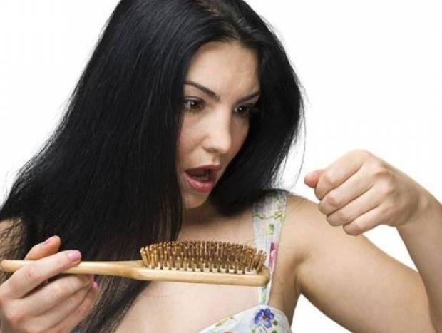 Γιατί πέφτουν τα μαλλιά μας; Τι πρέπει να κάνουμε;