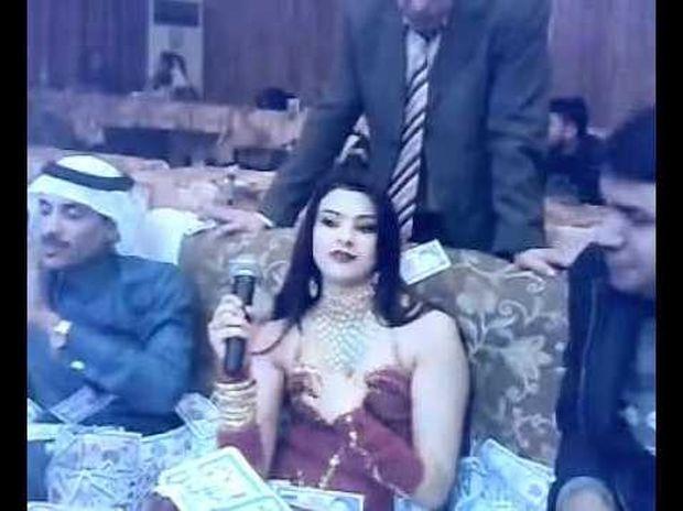 ΑΠΙΣΤΕΥΤΟ ΒΙΝΤΕΟ: Έλουσε την τραγουδίστρια με δολάρια!