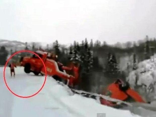 Το πιο ανατριχιαστικό τροχαίο που έχετε δει on camera! (βίντεο)