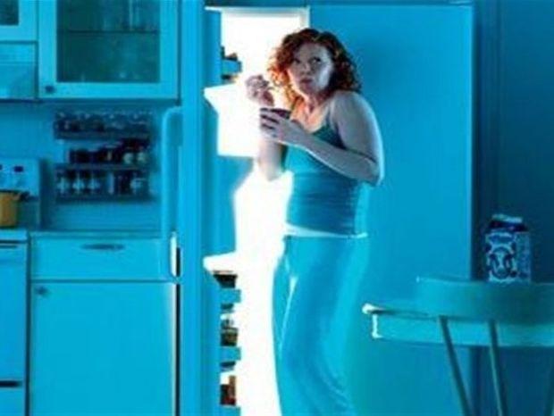 Ξυπνάς το βράδυ και τρως; Πώς θα κόψεις την κακή συνήθεια