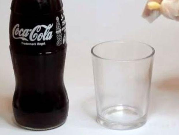 Δείτε τι θα πάθει ένα δόντι αν το βυθίσετε σε coca cola για 24 ώρες!