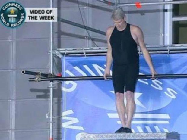 Ρεκόρ Γκίνες με βουτιά ΘΑΝΑΤΟΥ σε πισίνα 30 εκατοστών! (βίντεο)