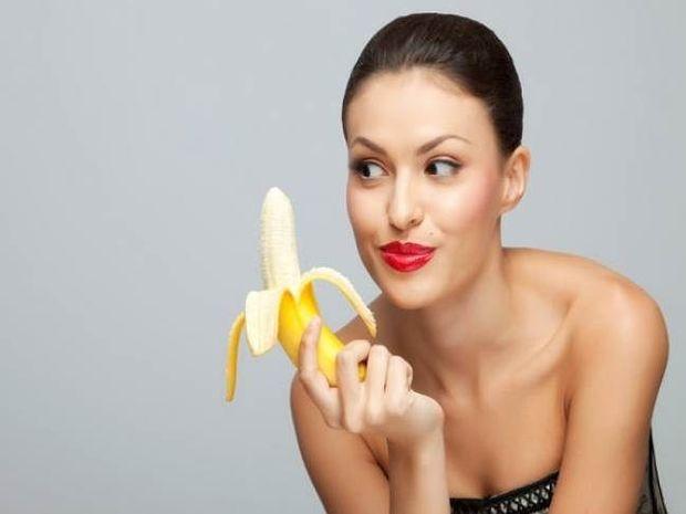 Απίστευτο βίντεο: Γυναίκες τρώνε αισθησιακά μπανάνες μπροστά σε άνδρες