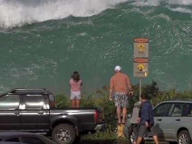 ΘΑ ΣΑΣ ΚΟΠΕΙ Η ΑΝΑΣΑ! Δείτε τι κύμα έσκασε στη Χαβάη! (βίντεο)