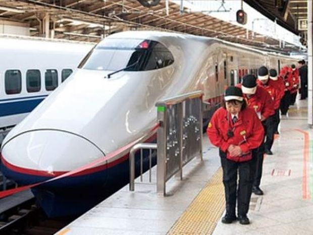 AΠΙΣΤΕΥΤΟ VIDEO: Καθαρίζουν ένα ολόκληρο τρένο σε 7 λεπτά!