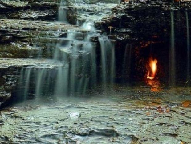 Η φλόγα που καίει αιώνια πίσω από καταρράκτη (βίντεο)