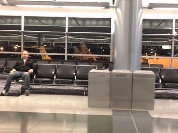 Έμεινε ολομόναχος στο αεροδρόμιο για ένα βράδυ… Δεν φαντάζεστε τι έκανε για να περάσει η ώρα! (βίντεο)