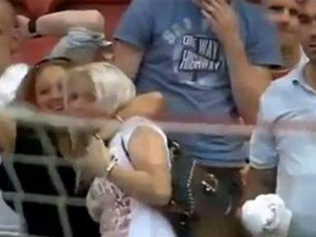 Ας θυμηθούμε μια ξανθιά φίλαθλο στο γήπεδο που άφησε ιστορία…