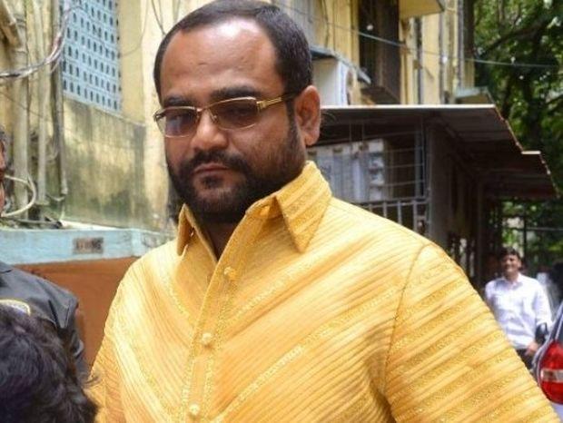 Ο προκλητικός Ινδός που γυρνά με πουκάμισο φτιαγμένο από ατόφιο χρυσάφι! (pics+video)