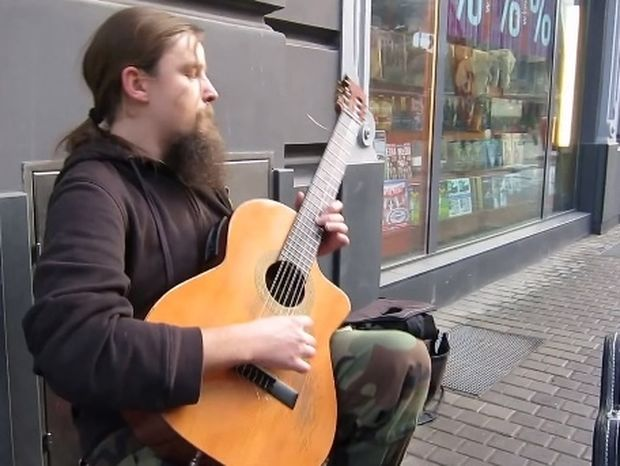 Κανένας από τους περαστικούς δεν μπορούσε να πιστέψει ότι αυτός ο άντρας είναι μουσικός του δρόμου! (βίντεο)