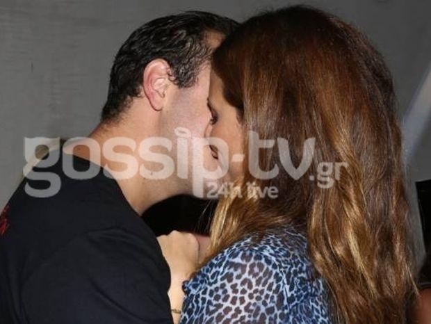 Αναρωτιόμασταν αν είναι ζευγάρι και τους πετύχαμε σε μπαρ να φιλιούνται!