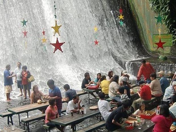 Φιλιππίνες: Το μοναδικό εστιατόριο που μπαίνεις στεγνός και βγαίνεις... μούσκεμα!