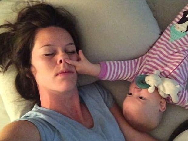 Μια μαμά προσπαθεί να κοιμηθεί με το μωρό της (Βίντεο)