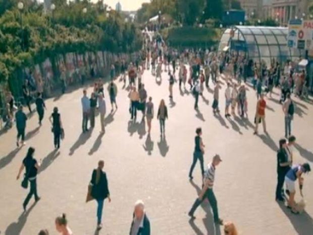 Μια πόλη που «παγώνει» για ένα λεπτό κάθε χρόνο (video)