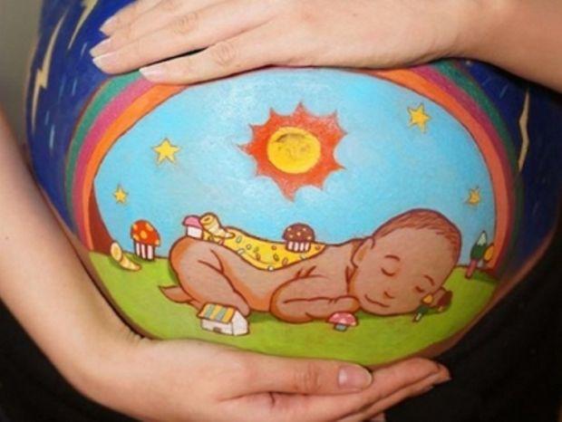 Έγκυος ζωγραφίζει στην κοιλιά της τον γιο που περιμένει!