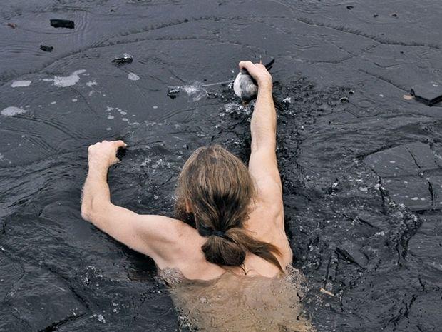 Ο Νορβηγός που βούτηξε στην παγωμένη λίμνη για να σώσει μια πάπια